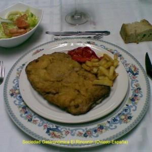 Cachopo de ternera, con patatas y pimientos morrones