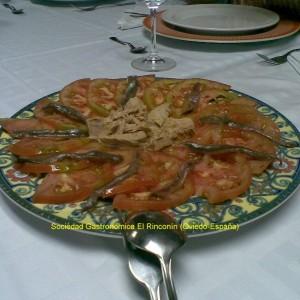 Ensalada de tomate, anchoas y bonito