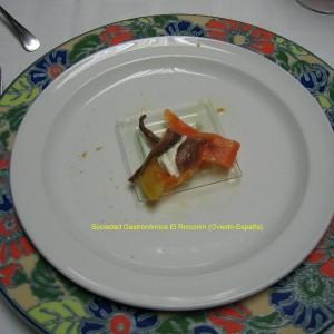 Aperitivo de salmón, anchoa, tomate y queso