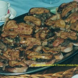 Tosta de foe, boletus y jamón